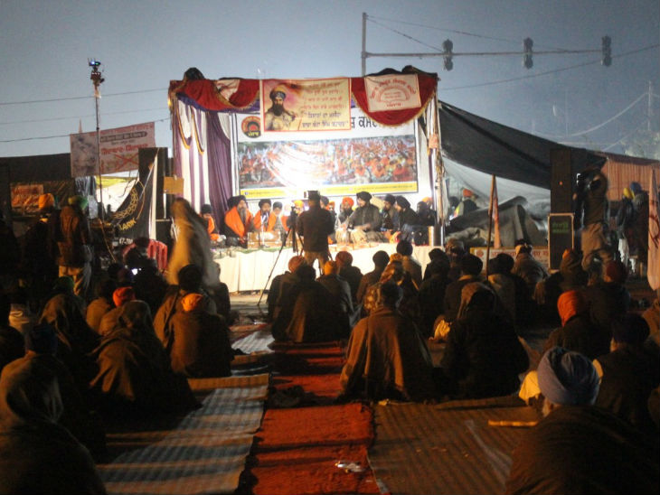 भोर में चार बजे से पहले ही सिंघु बॉर्डर पर वाहे गुरु का पाठ शुरू होने लगता है और इसकी धुन से दिन की शुरुआत भी होने लगती है।