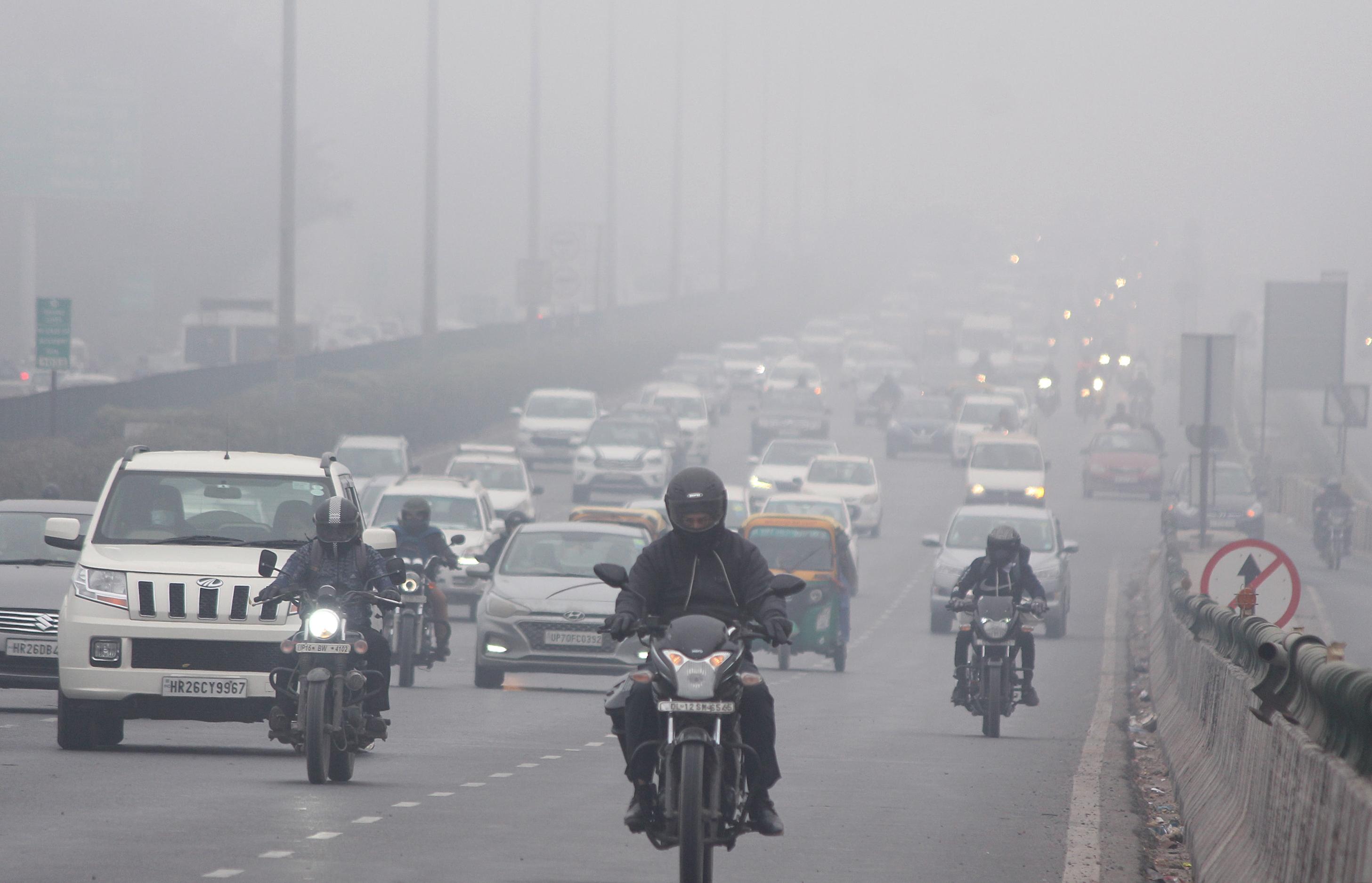 मौसम विभाग के मुताबिक दिल्ली में अगले दो दिन तक सर्द हवा चलेगी। कोहरा भी परेशान करेगा।