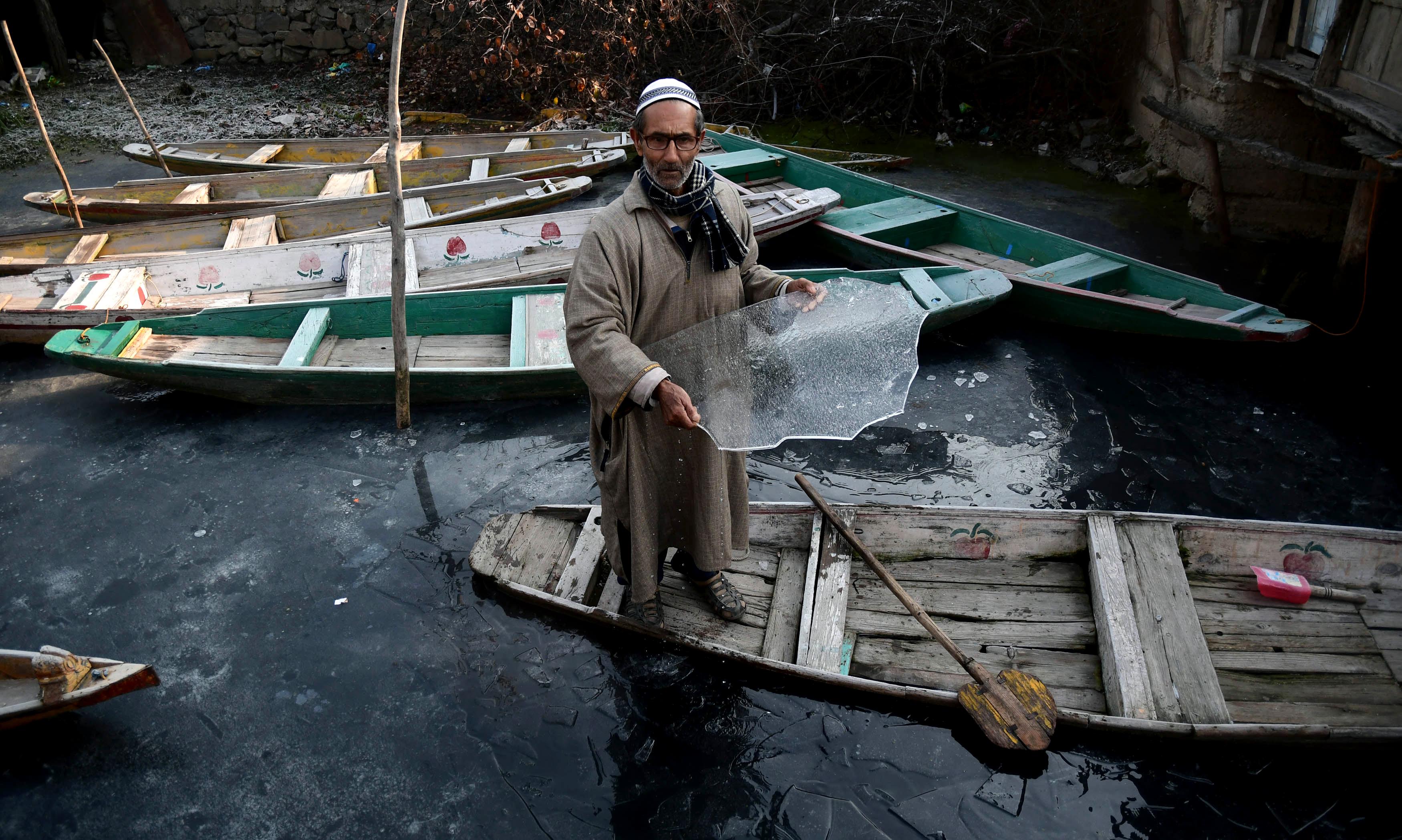 श्रीनगर में टेम्प्रेचर -6 तक गिर गया है। इससे डल झील जम चुकी है।