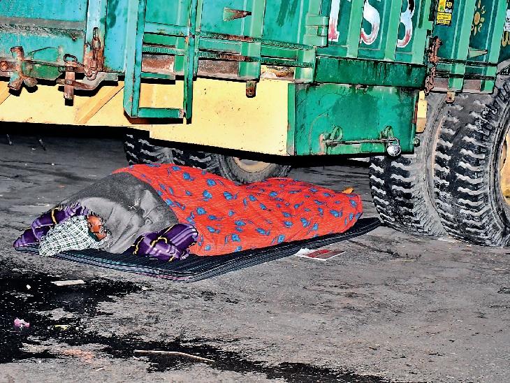 दिनभर के थकाऊ आंदोलन के बाद किसानों को जहां जगह मिलती है, वहीं गद्दा बिछाकर नींद के आगोश में हो चले जाते हैं।