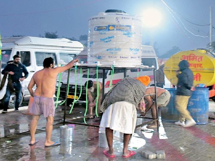 फोटो दिल्ली की कुंडली बॉर्डर की है। कड़कड़ाती ठंड में किसान खुले में नहाने-धोने से लेकर नाश्ते और खाने के लिए जूझते नजर आते हैं।