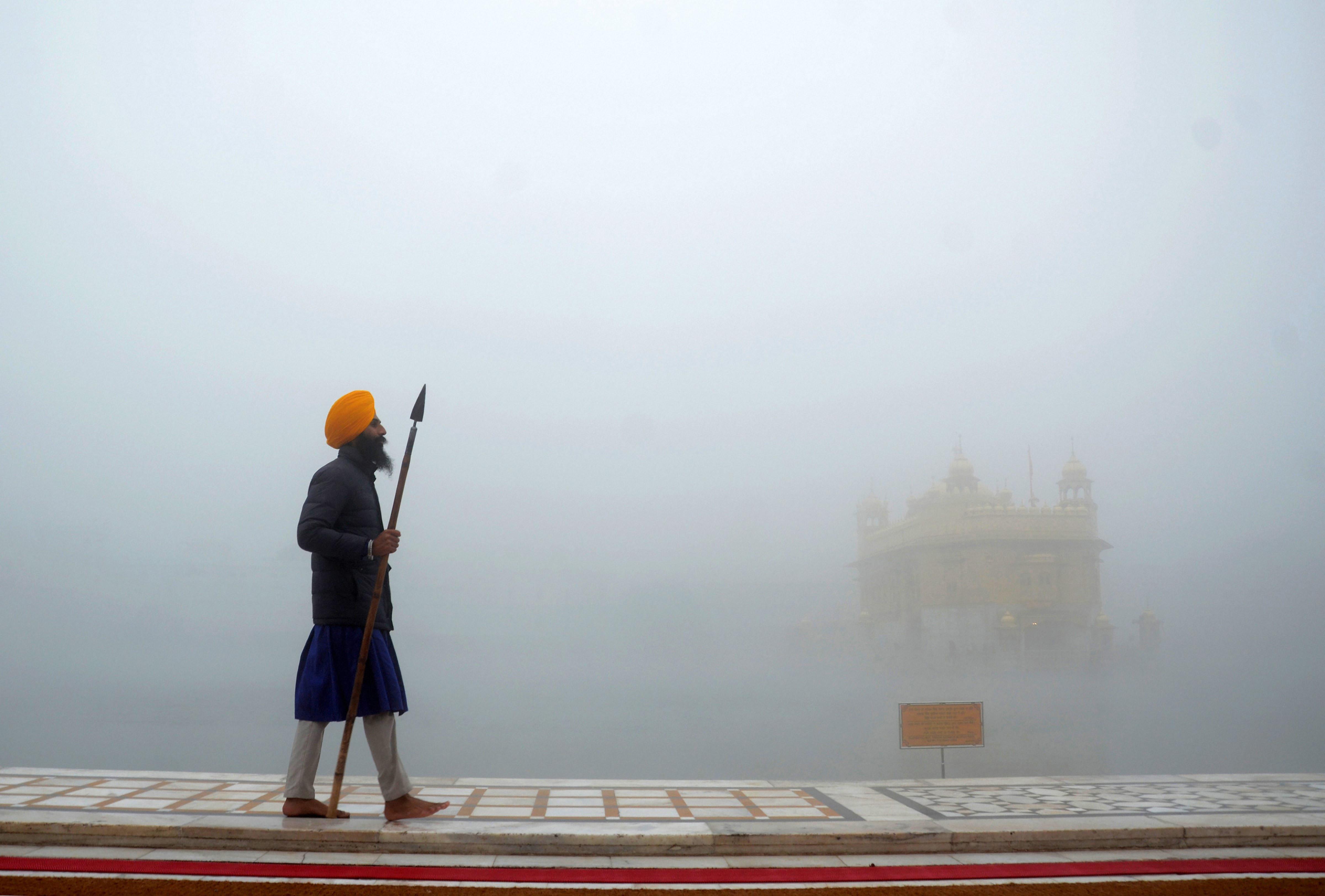 अमृतसर में कोहरे में स्वर्ण मंदिर के आसपास कोहरा छाया।