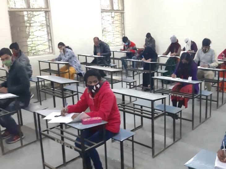 सरोजिनी नायडू गर्ल्स हायर सेकेंडरी स्कूल में परीक्षा कराई जा रही है।