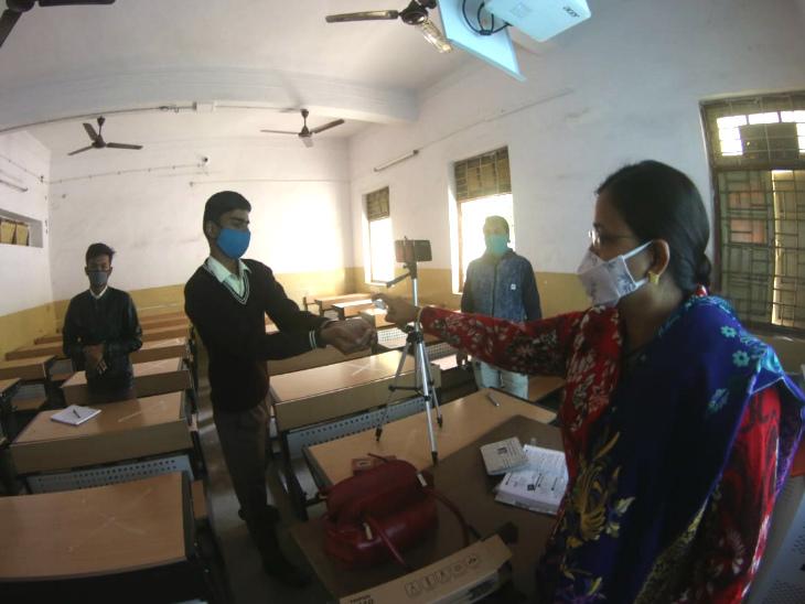 स्कूलों में बच्चों के हाथ सैनिटाइज करवा रहे हैं।