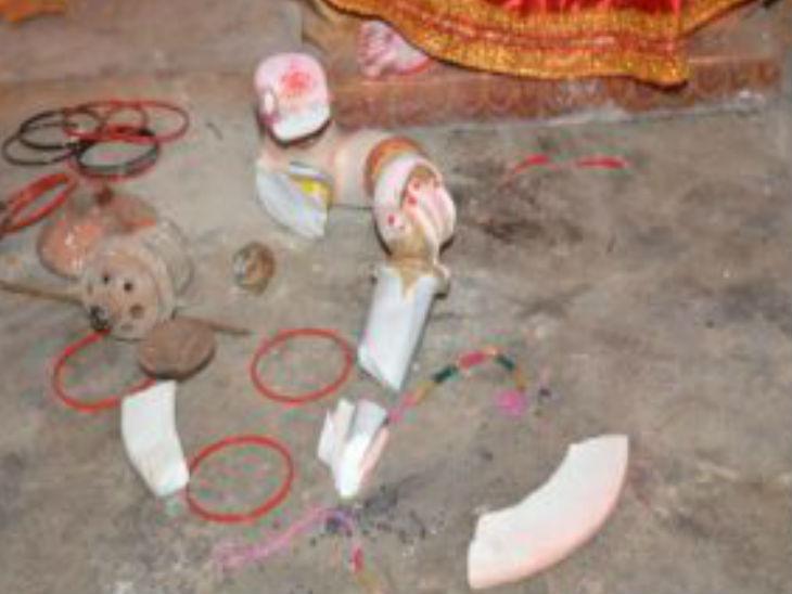 मंदिर परिसर में पुलिस को मिला था मूर्ति के हाथ का टुकड़ा।