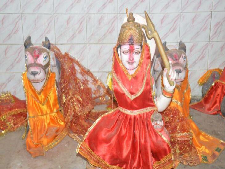 मरही माता का मंदिर और क्षतिग्रस्त मूर्ति। - Dainik Bhaskar