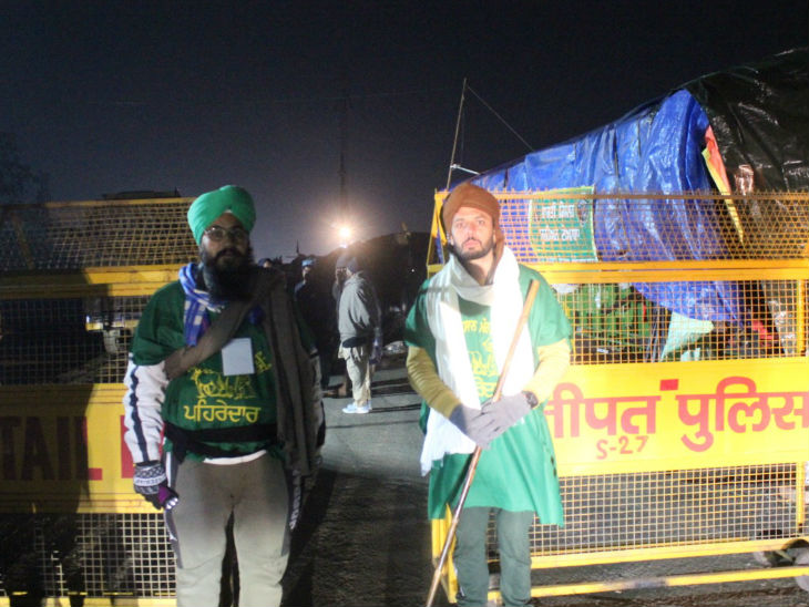 हर जत्थेबंदी से पांच-पांच स्वयंसेवक पहरेदारी का काम संभाल रहे हैं। यही लोग पूरी रात सड़क पर गश्त करते हैं।