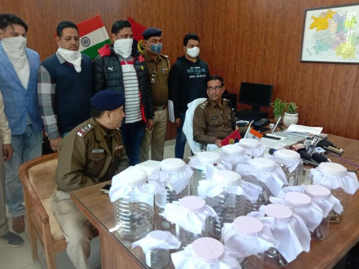 बरामदगी के बारे में जानकारी देते पुलिस अधीक्षक भूपिंदर सिंह।