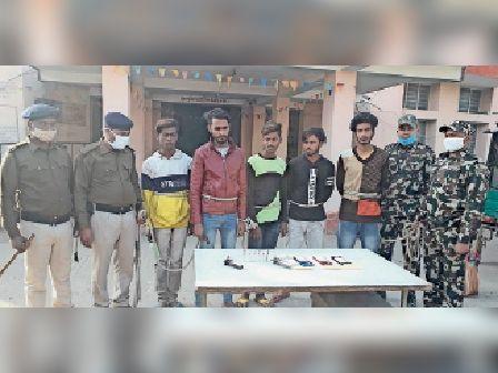 गिरफ्तार अपराधियों के साथ पुलिस के जवान। - Dainik Bhaskar