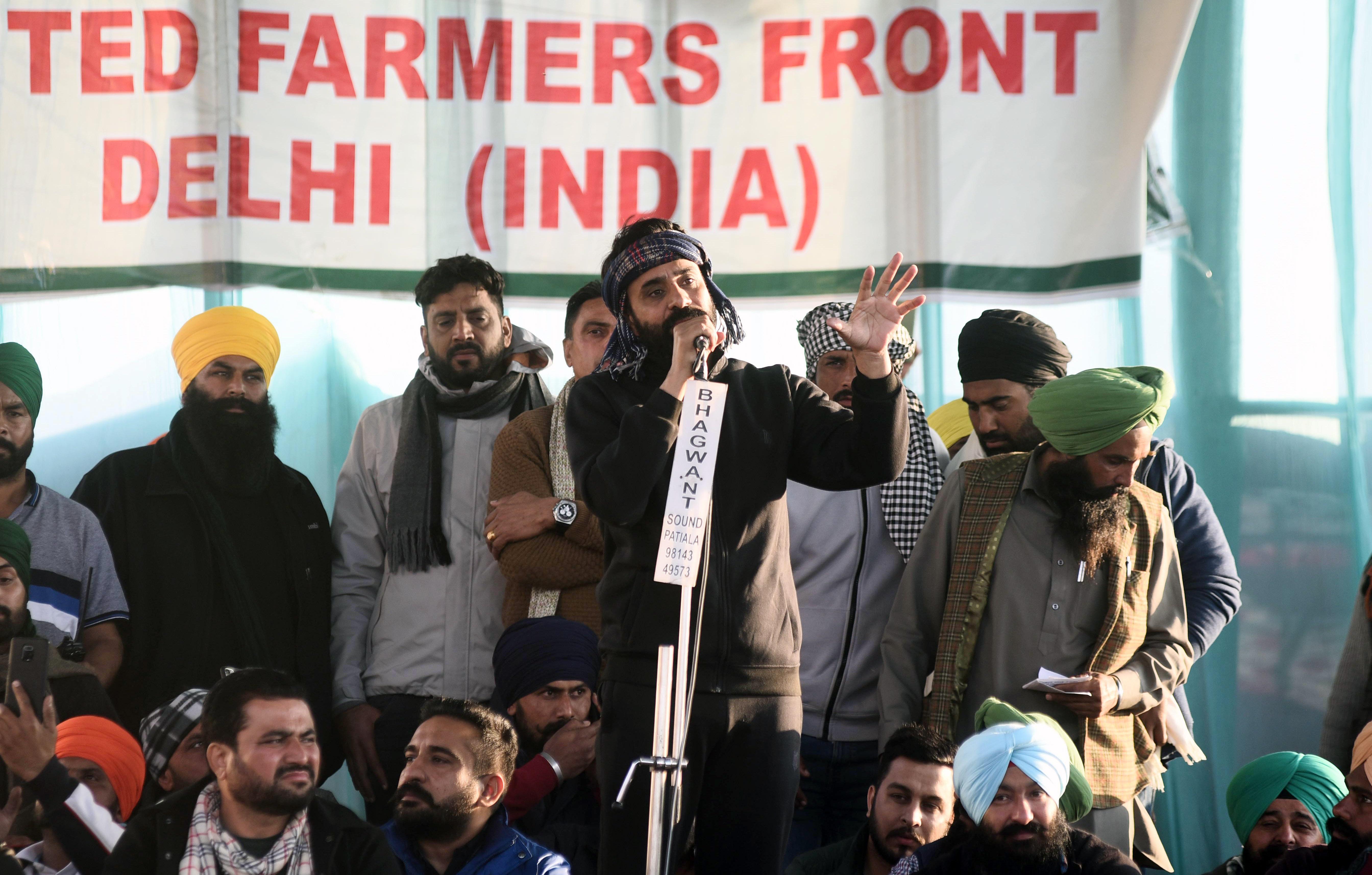 सिंघु बॉर्डर पर आंदोलन कर रहे किसानों के बीच सिंगर बब्बू मान।