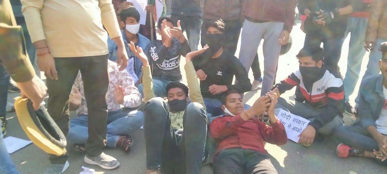कोटा में यूथ कांग्रेस के प्रदर्शन के दौरान पुलिसकर्मी से हुई कहासुनी, गैस सिलेंडर के बढ़ते दामों के बजाय पुलिस के खिलाफ सड़क पर लेट कर जताता विरोध|कोटा,Kota - Dainik Bhaskar