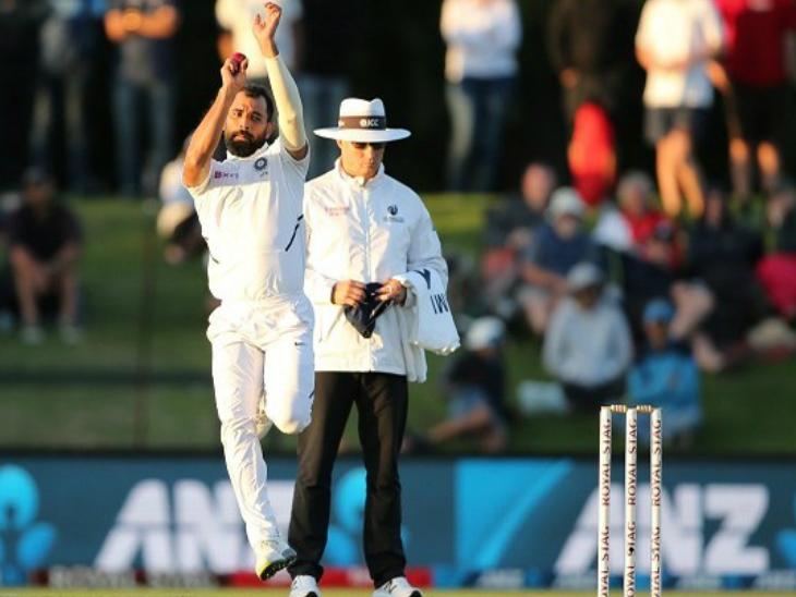 ऑस्ट्रेलिया के खिलाफ शनिवार को पहले टेस्ट की दूसरी पारी में बल्लेबाजी के दौरान पैट कमिंस की एक बॉल शमी के दाएं हाथ पर लगी थी। - Dainik Bhaskar