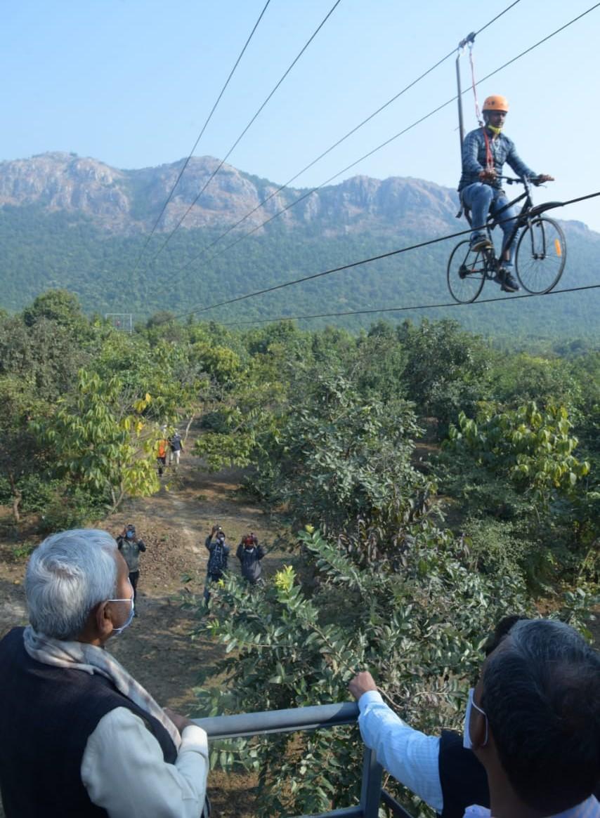 नेचर सफारी में रोप-वे पर साइकिल चलाते युवक को देखते CM नीतीश कुमार। - Dainik Bhaskar