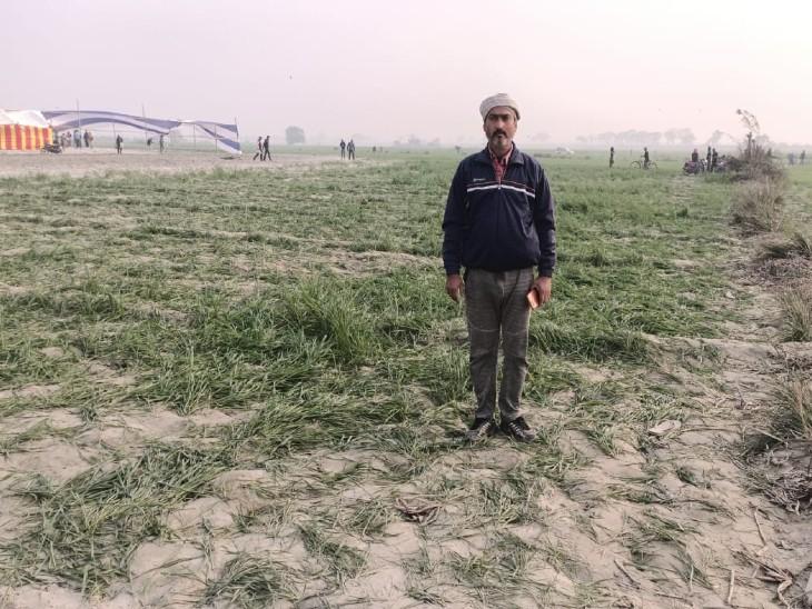 बर्बाद हुई फसल दिखाते किसान राजेश कुमार।