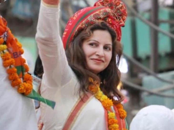 विधानसभा चुनाव के दौरान एक जनसभा में लोगों का अभिवादन स्वीकार करती भाजपा नेत्री सोनाली फोगाट। -फाइल फोटो