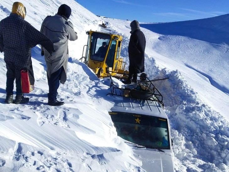बर्फ में फंसी गाड़ियों को क्रेन से निकाला गया।