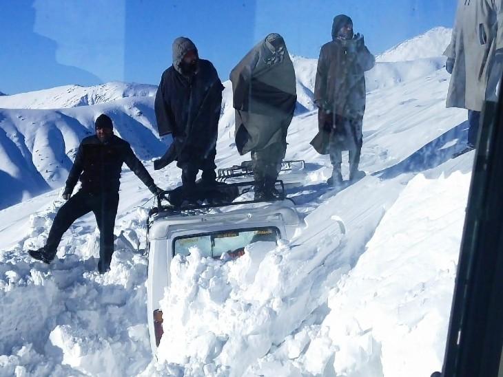 जम्मू-कश्मीर के राजदान टॉप पर बर्फ में फंसी गाड़ी।