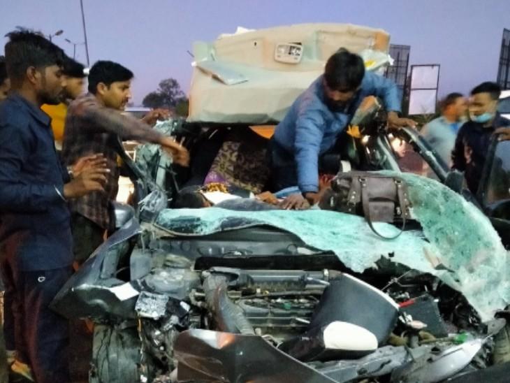 स्थानीय लोगों ने हादसे के बाद कार से घायलों और शवों को निकालने में मदद की।