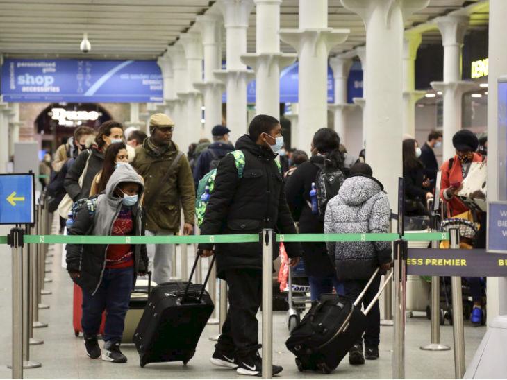 फोटो लंदन के सेंट पेंक्रास इंटरनेशनल स्टेशन की है। कई यूरोपीय देशों ने ब्रिटेन से आने वाले लोगों पर प्रतिबंध लगा दिया है, लिहाजा लोग अपने घरों को लौट रहे हैं।
