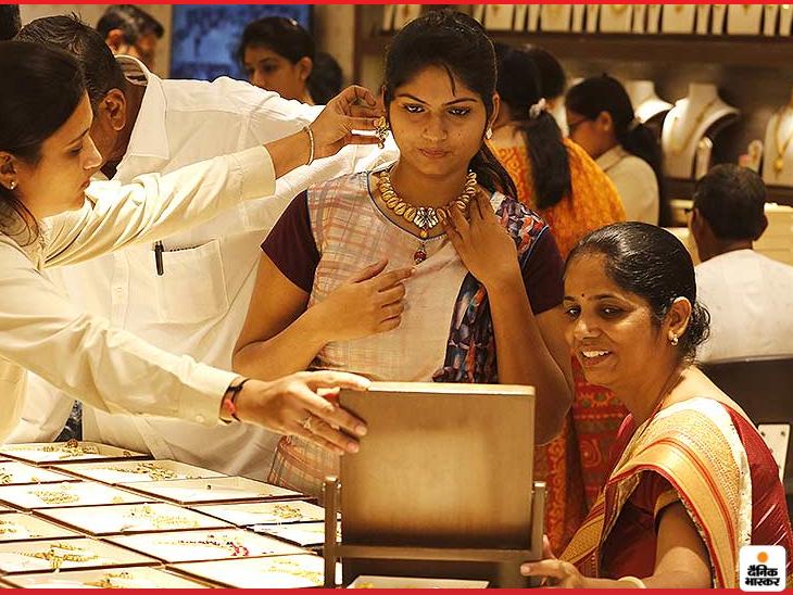 फरवरी में डिलीवर होने वाले सोने की कीमत 0.82 प्रतिशत की बढ़त के साथ 50,715 रुपए प्रति 10 ग्राम हो गई - Dainik Bhaskar