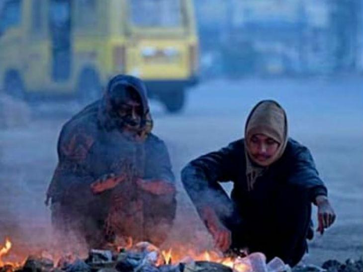 अलाव का सहारा लेकर लोग ठंड से निजात पा रहे।