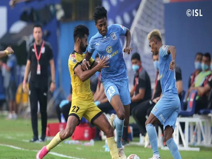 इंडियन सुपर लीग के रविवार को मुंबई FC  और हैदराबाद FC के बीच खेले गए मैच के दौरान गेंद को अपने पास लेने का प्रयास करते खिलाड़ी। मुंबई ने इस मैच में हैदराबाद को 2-0 से हराया। - Dainik Bhaskar