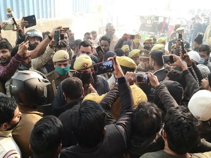 PDA की कार्रवाई का ऋचा सिंह समेत कई सपा नेताओं ने विरोध किया।