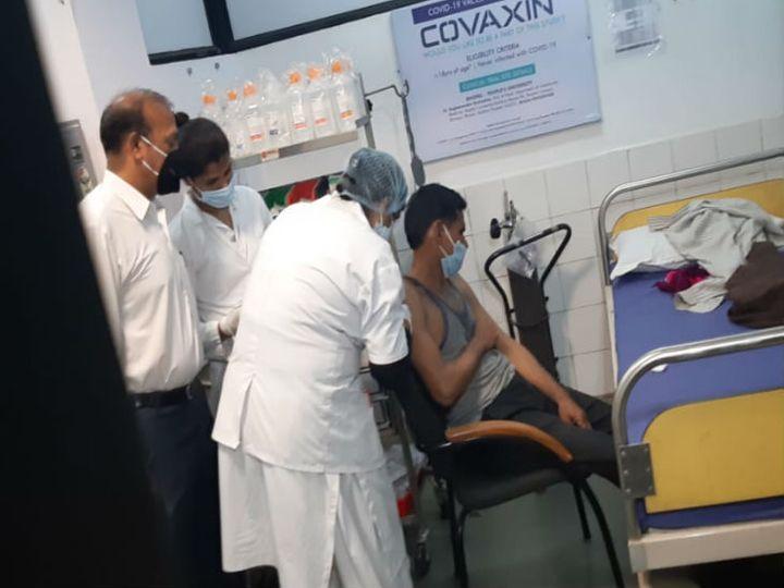 मध्य प्रदेश में कोवैक्सिन का ट्रायल पीपुल्स मेडिकल कॉलेज में 27 नवंबर को शुरू हुआ था, तब पहला टीका टीचर संतोष को लगा था। - Dainik Bhaskar