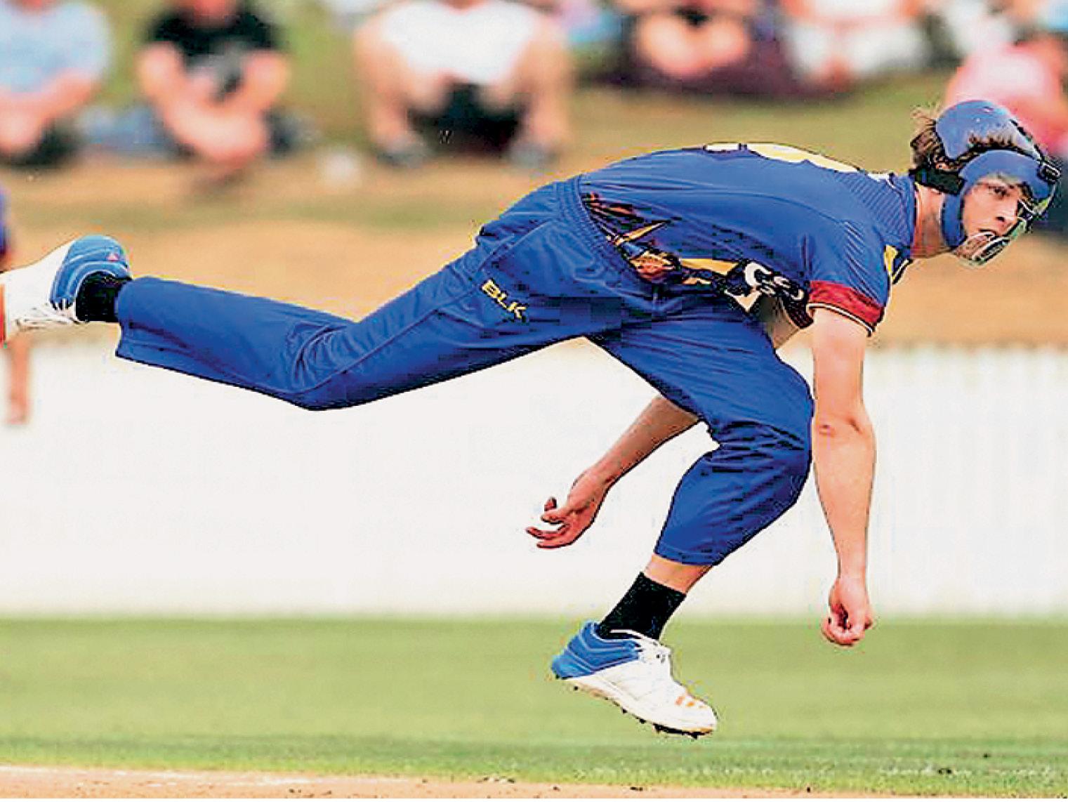 न्यूजीलैंड के घरेलू टूर्नामेंट में कई गेंदबाज हॉकी के हेलमेट का उपयोग कर रहे हैं। (फाइल फोटो) - Dainik Bhaskar