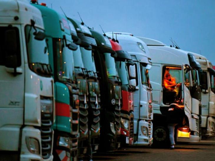 मंगलवार को ब्रिटेन-फ्रांस सीमा पर पार्क ट्रक। फ्रांस ने ब्रिटेन जाने वाले ट्रकों को मंजूरी दे दी है। ब्रिटेन की सरकार ने इसके लिए अपील की थी।