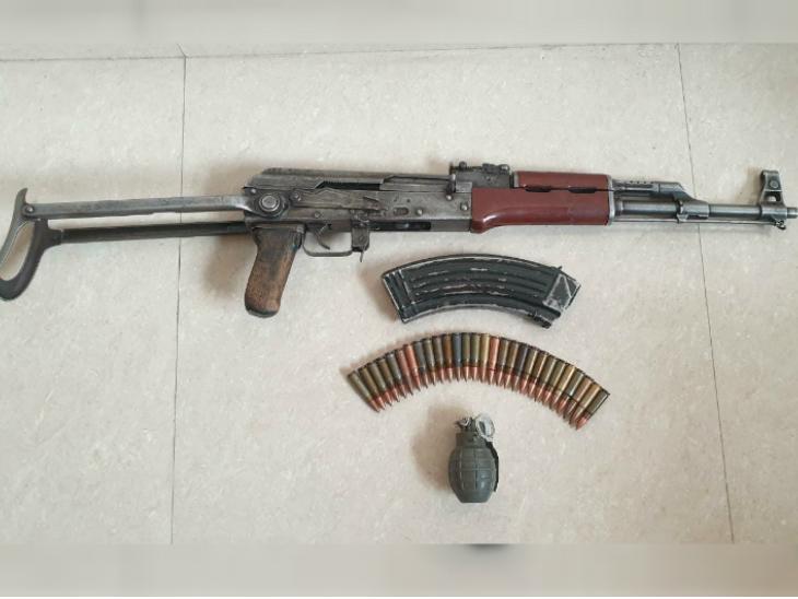 अवंतीपोरा में पकड़े गए आतंकियों से बरामद हथियार।
