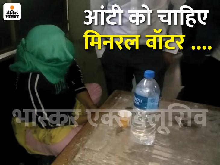 रिमांड खत्म होने के बाद कोर्ट ने प्रीति सहित 5 आरोपियों को जेल भेजा, कोर्ट परिसर में आंटी के टेबल पर दिखी चाय और मिनरल वाटर इंदौर,Indore - Dainik Bhaskar