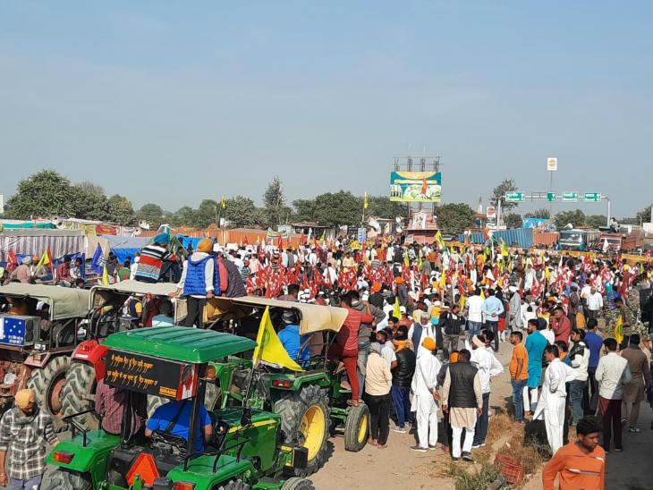 शाहजहांपुर में बॉर्डर के एक तरफ किसान ही किसान और दूसरी तरफ पुलिस ही पुलिस नजर आ रही है।