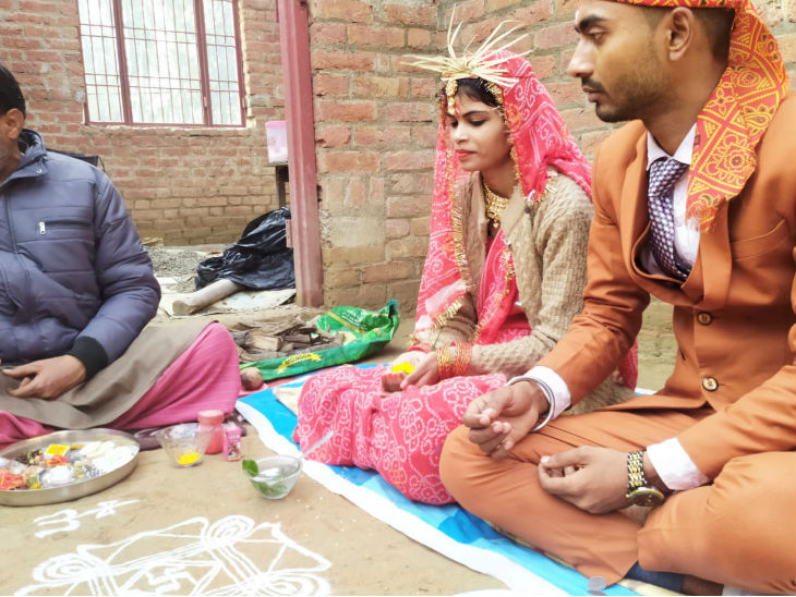 युवती ने मंदिर में की शादी।