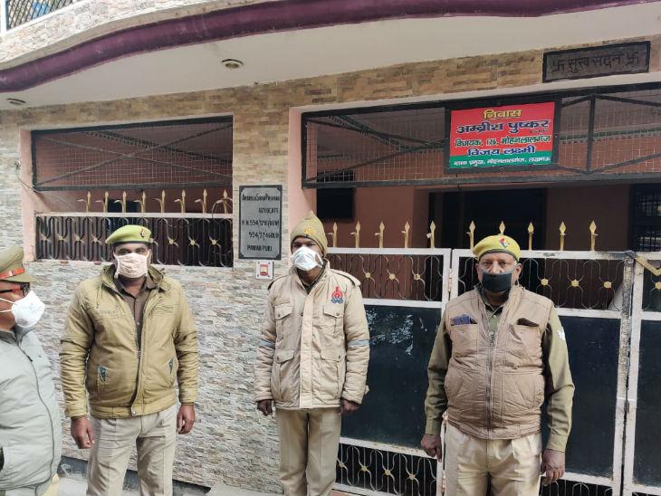 सपा विधायक के आवास के बाहर मुस्तैद पुलिस।