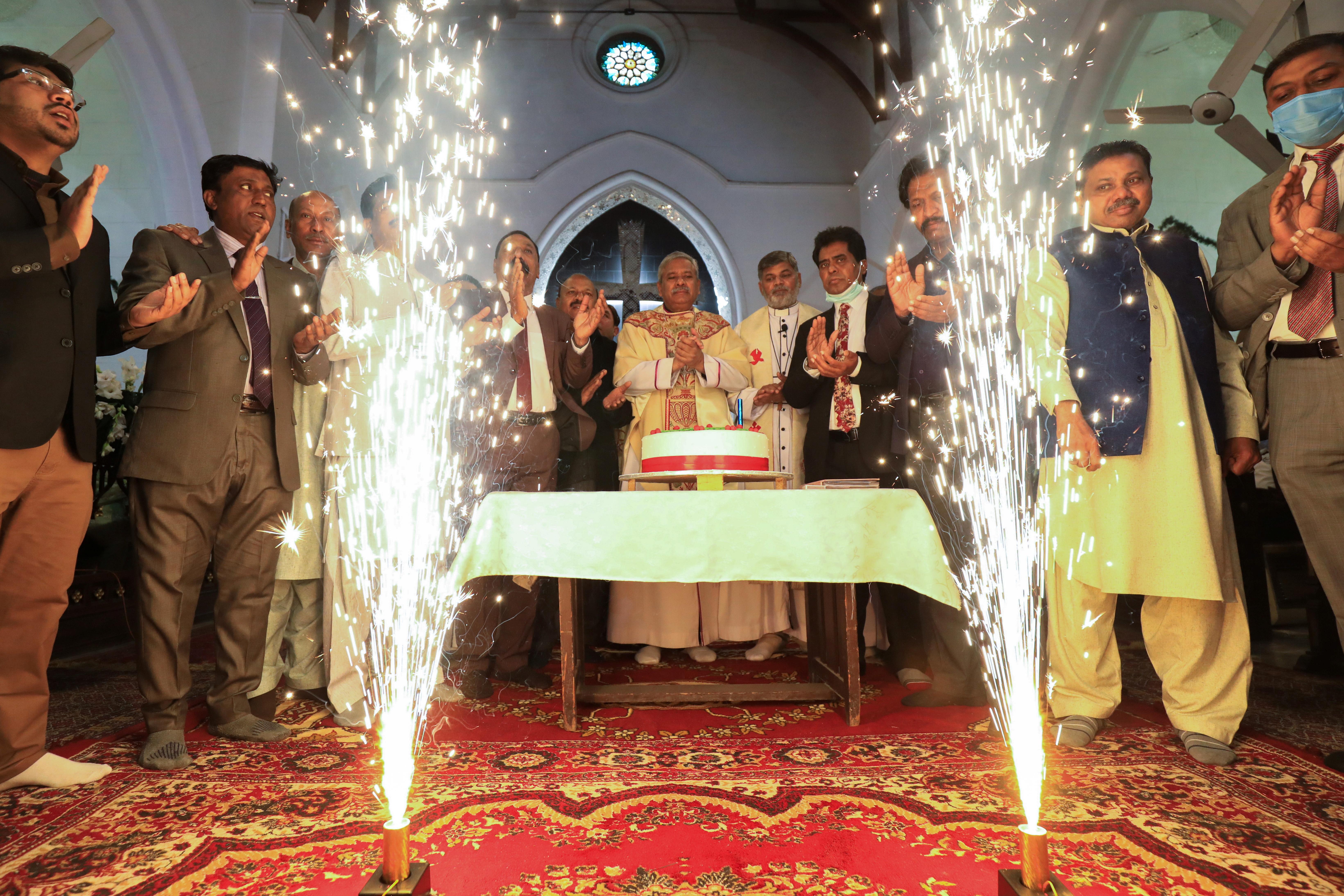 पाकिस्तान में क्रिसमस पर चर्च में कार्यक्रम हुए। पाकिस्तान की आबादी में ईसाई लगभग 1.6% हैं। ईसाई धर्म पाकिस्तान में तीसरा सबसे बड़ा धर्म है।