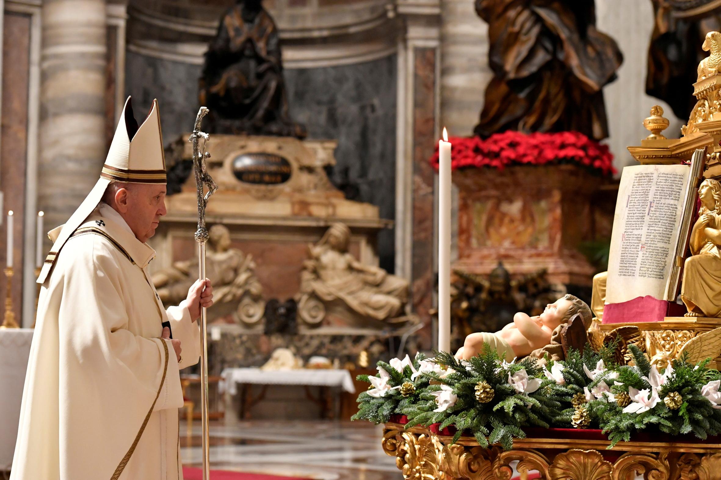 वेटिकन में पोप फ्रांसिस ने क्रिसमस पर प्रार्थना की। कोरोना को देखते हुए रेगुलेशन की वजह से यहां काफी कम भीड़ रही।