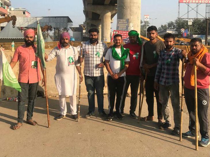 टीकरी बॉर्डर पर पुलिस और किसानों के मंच के बीच हुई बैरिकेडिंग से एक घेरा बन गया है जिसमें दर्जनों युवा हाथ में लाठी लिए खड़े रहते हैं। - Dainik Bhaskar