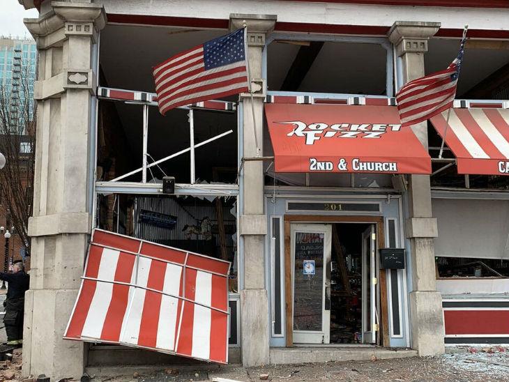 धमाके के बाद दुकानों और इमारतों को काफी नुकसान पहुंचा है।