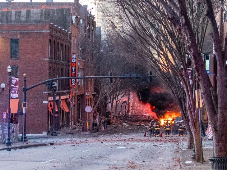 जिस सड़क पर धमाका हुआ, वहां आग और धुआं दिखाई दिया।