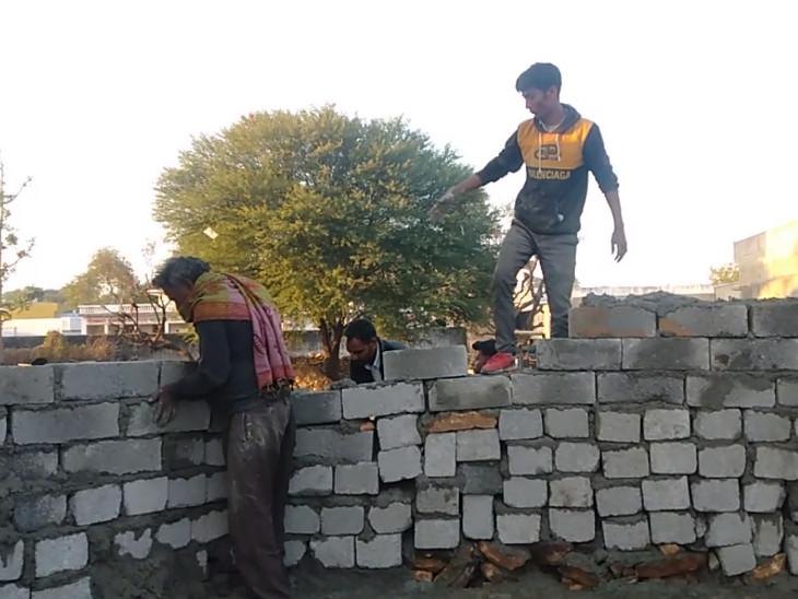 इस दीवार को बनाने के चलते हुए विवाद।