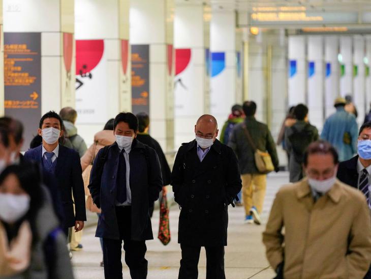 शुक्रवार को टोक्यो के शिंजूकू मार्केट प्लेस में मौजूद लोग। ब्रिटेन में पाए गए नए वैरिएंट के पांच मरीज जापान में भी मिल गए हैं। इन सभी को हेल्थ ऑफिशियल्स की निगरानी में रखा गया है।