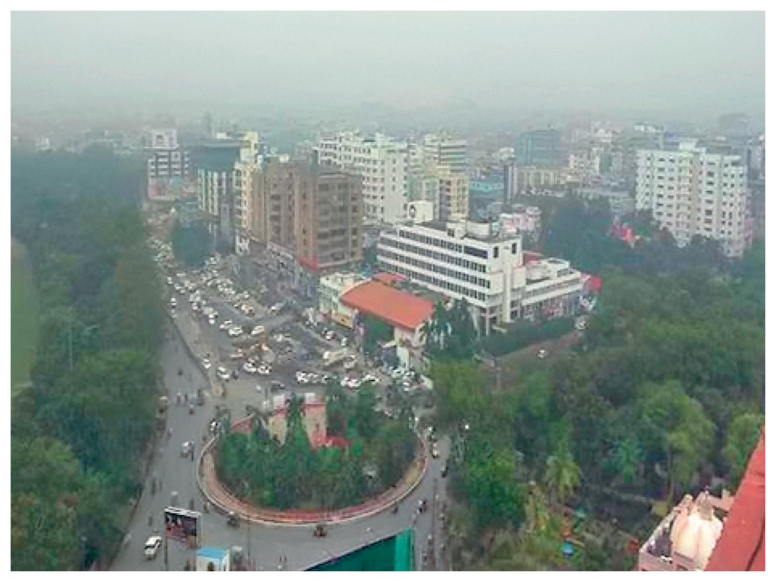 पटना में हर सुबह धुंध छा रही है। यहां पारा सामान्य से नीचे चल रहा है। सर्दी ज्यादा होने के कारण यहां सड़कों पर भीड़ सामान्य दिनों से कम नजर आ रही है।