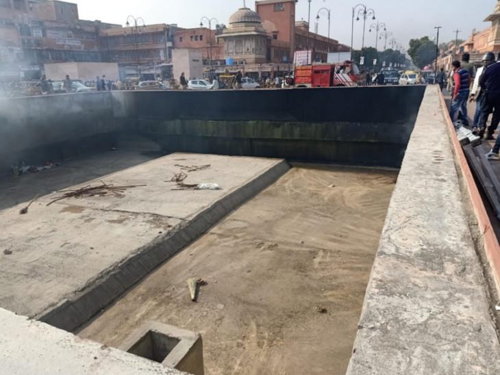 मेट्रो स्टेशन के पास मुख्य चौपड़ पर बनी इस खाली जगह पर लगी थी आग