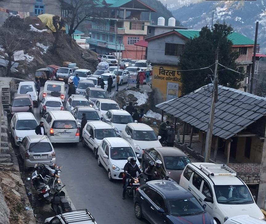हिमाचल प्रदेश के मंडी में नेशनल हाईवे-3 पर पर्यटकों की गाड़ियों के कारण ट्रैफिक जाम लग गया।