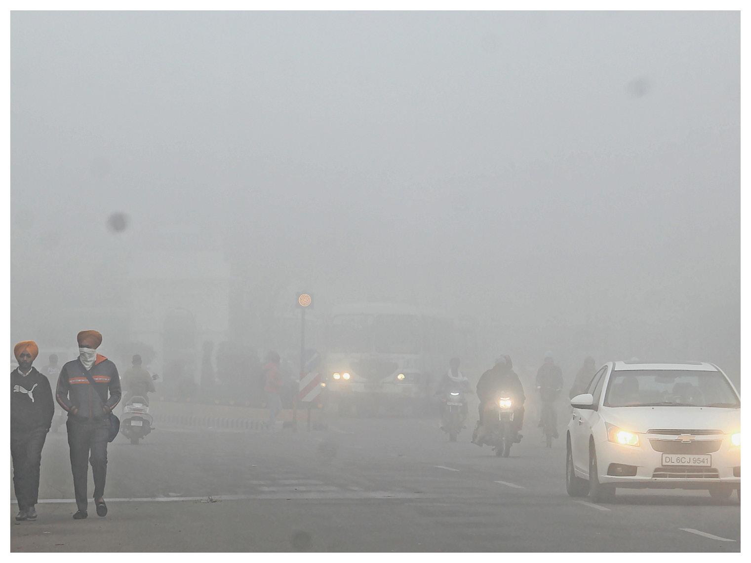 पंजाब के संगरूर में सुबह 8:15 बजे छाया कोहरा। यहां राज्य में शनिवार को आदमपुर सबसे सर्द रहा। यहां न्यूनतम तापमान 2.5 डिग्री सेल्सियस दर्ज किया गया।