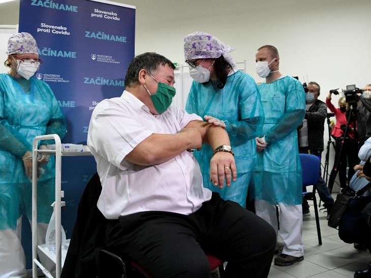 स्लोवाकिया में हेल्थ केयर वर्कर ब्लादिमीर क्रैसेरी को पहली वैक्सीन लगाई गई।