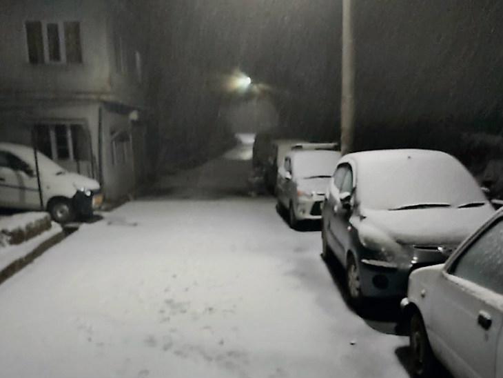 रविवार देर शाम शिमला में हल्की बर्फबारी हुई। इससे पंजाब के सीमावर्ती राज्यों में ठंड और बढ़ेगी।