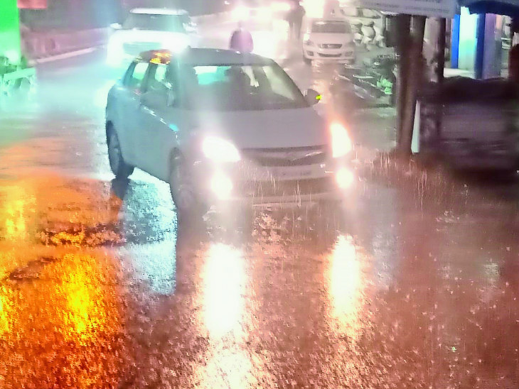 पंजाब के पठानकोट में रविवार शाम हल्की बारिश होने से ठंड बढ़ गई।