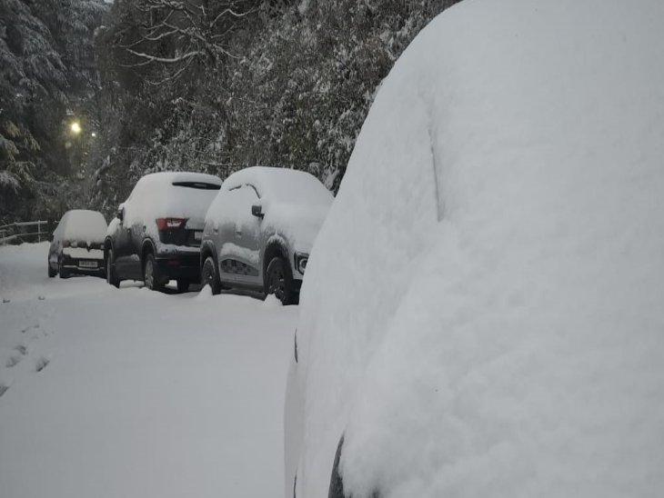 धर्मशाला के ऊपरी इलाकों व धौलाधार की पहाड़ियां भी बर्फ से ढक गई हैं।